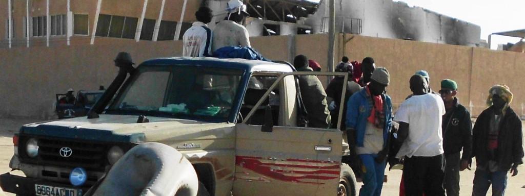 Contrôle d'un véhicule de migrants à la sortie de la plage des pêcheurs de Nouakchott ©Sileye Bâ